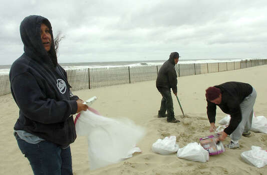 Belmar, New Jersey, residents fill sandbags at the beach which they planned to use to fortify their nearby homes from the expected floodwaters on Sunday, October 28, 2012. (Kate Collins) Photo: Consortium / The Record (Bergen Co., N.J.)