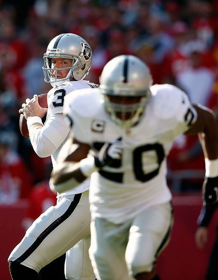 KANSAS CITY, MO - OCTOBER 28:  Quarterback Carson Palmer #3 of the Oakland Raiders looks to pass to running back Darren McFadden #20 during the game against the Kansas City Chiefs at Arrowhead Stadium on October 28, 2012 in Kansas City, Missouri.  (Photo by Jamie Squire/Getty Images) Photo: Jamie Squire, Getty Images