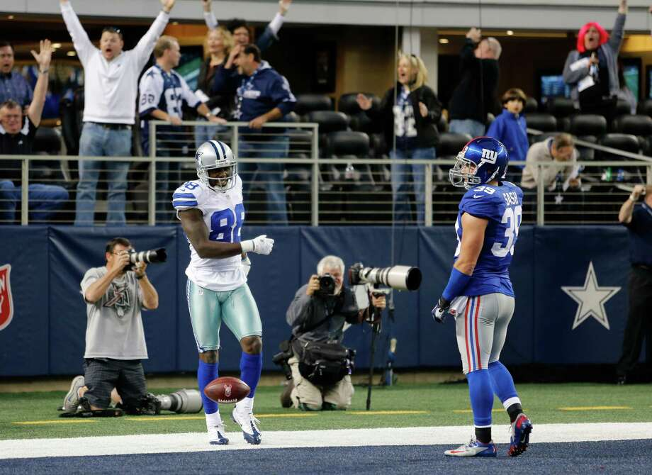 Dallas Cowboys wide receiver Dez Bryant (88) and New York Giants safety Tyler Sash (39) during the second half of an NFL football game Sunday, Oct. 28, 2012 in Arlington, Texas. (AP Photo/Sharon Ellman) Photo: Sharon Ellman, Associated Press / FR170032 AP