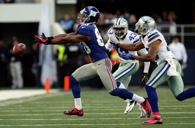 New York Giants' wide receiver Victor Cruz can't reach a throw by Eli Manning as Dallas Cowboys' Gerald Sensabaugh, (43), and Orlando Scandrick try to defend during the first half at Cowboys Stadium in Arlington, Texas, Sunday, Oct. 28, 2012. Photo: Jerry Lara, Express-News / © 2012 San Antonio Express-News