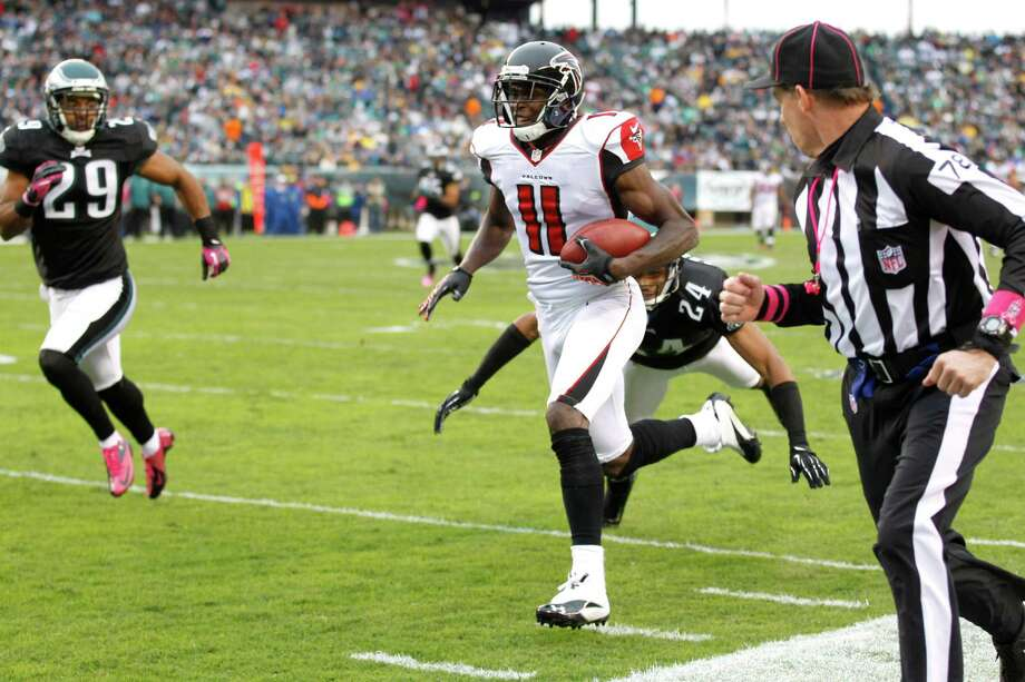 Atlanta Falcons wide receiver Julio Jones (11) scores on a 63-yard touchdown 646a5e054