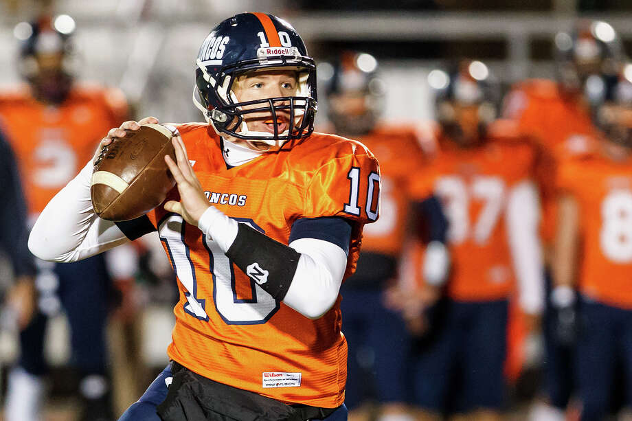 Brandeis quarterback Brian Chapman looks for a receiver during the second quarter of the Broncos' game with Jay at Gustafson Stadium on Saturday. Photo: MARVIN PFEIFFER, Marvin Pfeiffer / Northwest Weekly / mpfeiffer@primetimenewspapers.co