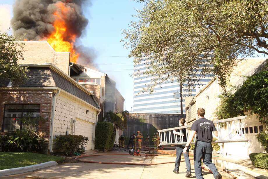 Fire at Post Oak Timber and South Post Oak Ln. Photo: Nick De La Torre/Houston Chronicle