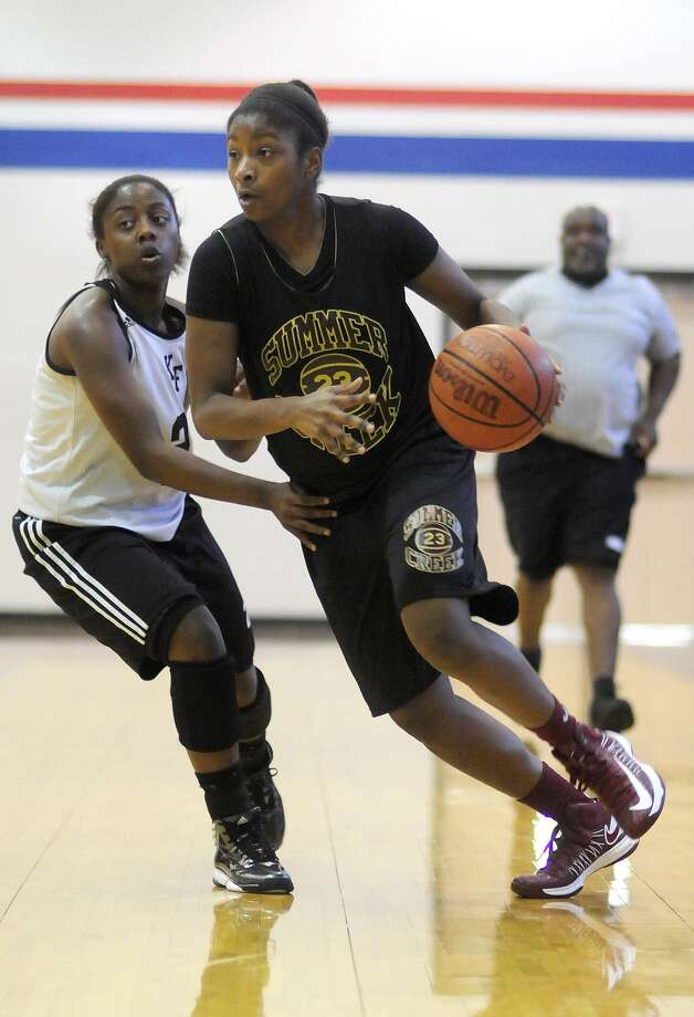Summer Creek High School sophomore Jayla Calhoun drives to the hoop against Oak Ridge. Photo: Jerry Baker, Freelance