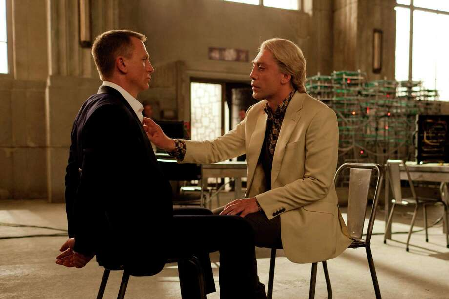 "Daniel Craig, izquierda, y el actor español Javier Bardem en una escena de la película ""Skyfall"" en la que Bardem interpreta al gran villano Raoul Silva. (Foto AP/Sony Pictures, Francois Duhamel) Photo: Francois Duhamel, Associated Press / Sony Pictures"