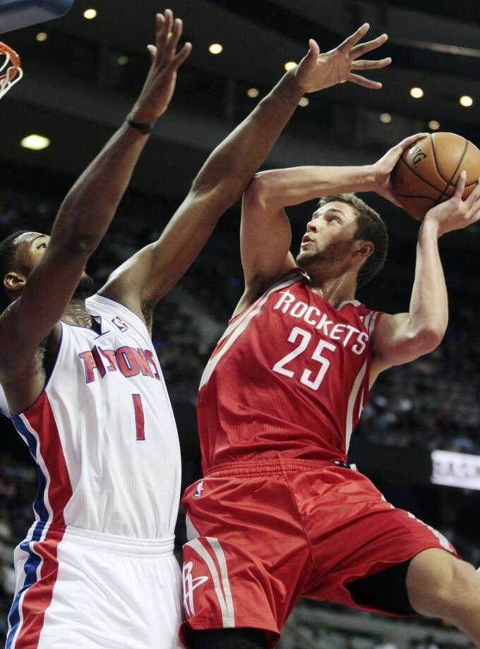 Chandler Parsons (25) goes to the basket against Pistons forward Andre Drummond. (Duane Burleson / Associated Press)