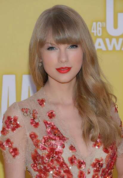 Taylor Swift attends the 46th annual CMA Awards at the Bridgestone Arena on November 1, 2012 in Nash