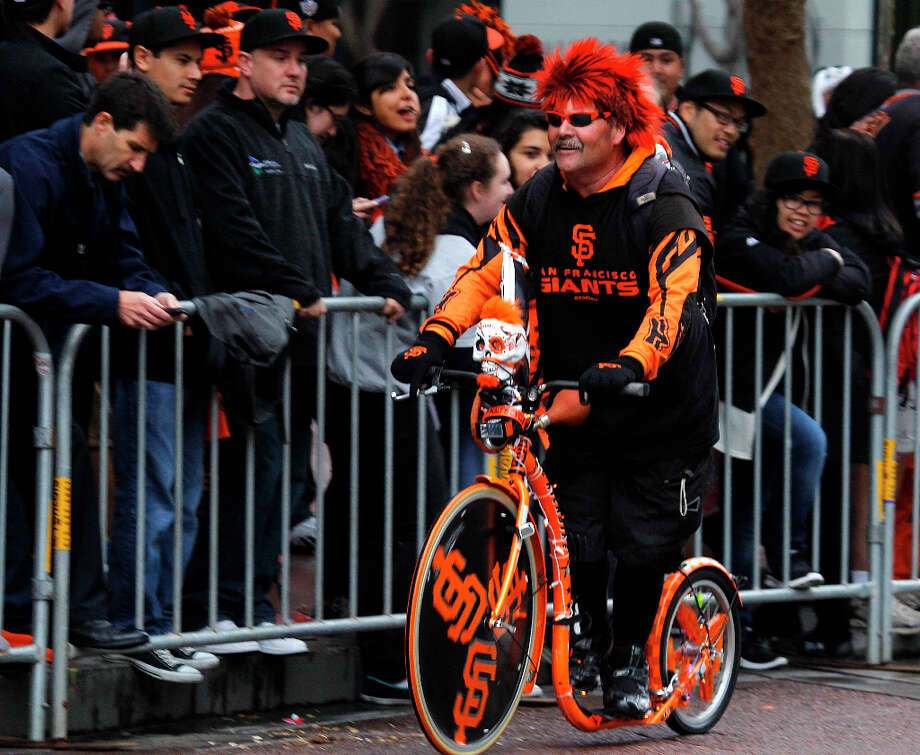 A man outfitted himself and his bike in Giants colors. Photo: Paul Chinn, The Chronicle / ONLINE_YES