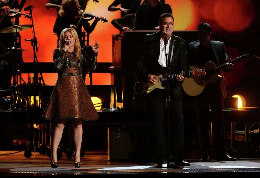 NASHVILLE, TN - NOVEMBER 01:  (L-R) Kelly Clarkson and Vince Gill perform during the 46th annual CMA