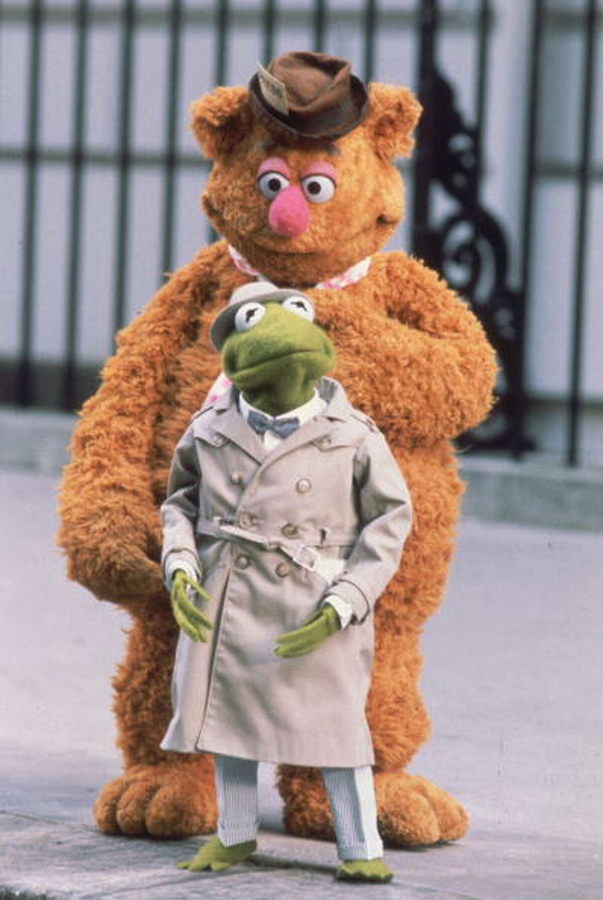 1981: Kermit and Fozzie Bear as a pair of investigative reporters in Jim Henson's 'The Great Muppet Caper'.