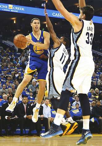 Warriors Clay Thompson passing during the first half as the Golden State Warriors play the Memphis Grizzlies at Oracle arena in Oakland, Calif.,  on Friday, November 2, 2012. Photo: Liz Hafalia, The Chronicle