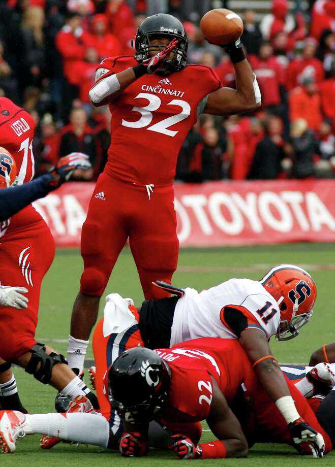 Cincinnati Bearcats running back George Winn (32) throws a touchdown pass against Syracuse during the first quarter of an NCAA college football game at Nippert Stadium, Saturday Nov. 3, 2012, in Cincinnati. (AP Photo/David Kohl) Photo: David Kohl