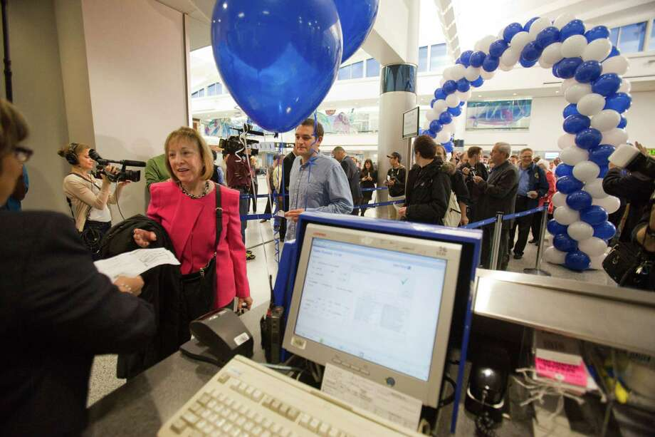 Passengers board the plane as United Airlines - the North American launch customer for the Boeing 787 -flew its first scheduled commercial 787 flight from Houston to Chicago, with more than 200 customers on board Nov. 4, 2012 in Houston at Bush International Airport. Photo: Eric Kayne / © 2012 Eric Kayne