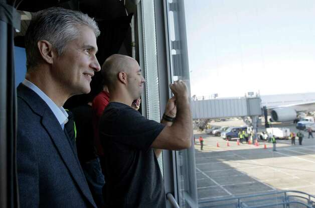 United CEO Jeff Smisek, left, looks outside after United's inaugural revenue flight of its Boeing 787 Dreamliner arrived at O'Hare international Airport in Chicago, Sunday, Nov. 4, 2012. Photo: AP