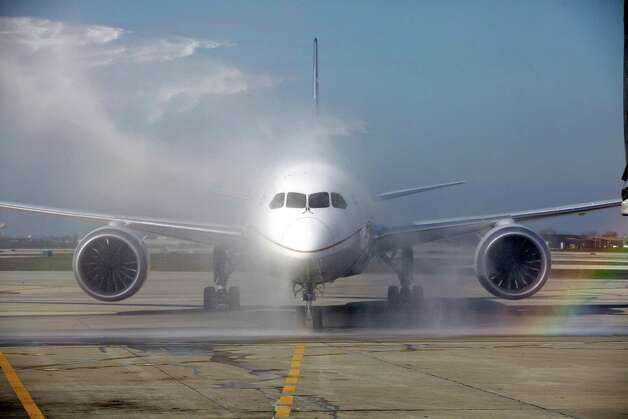 A United Airlines 787 Dreamliner receives a ceremonial wash as it arrives at O'Hare international Airport in Chicago, Sunday, Nov. 4, 2012, from Houston, after making United's inaugural 787 revenue flight. Photo: AP