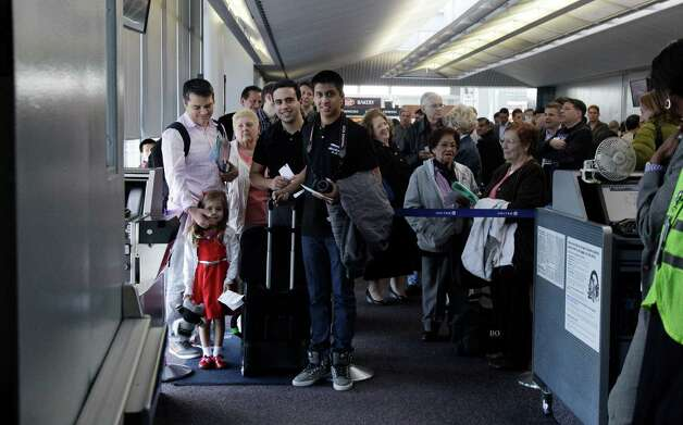 Passengers wait to board a 787 Dreamliner aircraft from Chicago to Houston at O'Hare international Airport in Chicago, Sunday, Nov. 4, 2012. Photo: AP