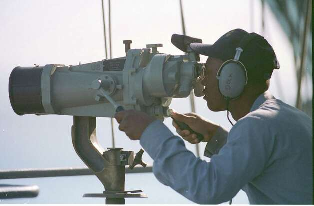 A lookout keeps watch on the horizon on December 18, 1998, while the USS Enterprise prepares for the third wave of air strikes of operation Desert Fox. Photo: U.S. Navy, Getty Images / Getty Images North America