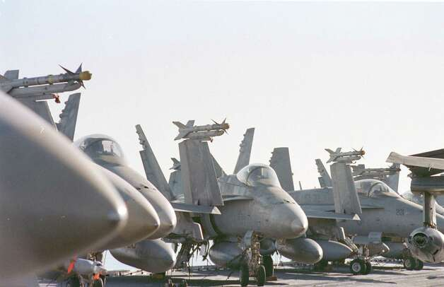 Aircraft fill the deck of the USS Enterprise on Dec. 18, 1998. Photo: U.S. Navy, Getty Images / Getty Images North America