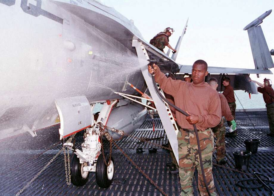 Crew maintain aircraft aboard the USS Enterprise on Dec. 19, 1998 in the Persian Gulf. Photo: U.S. Navy, Getty Images / Getty Images North America