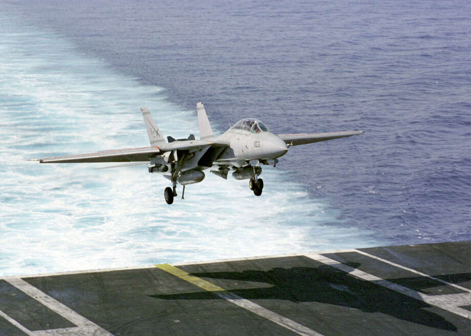 An F-14 Tomcat lands aboard the USS Enterprise on March 6, 1999 in the Mediterranean Sea. Photo: U.S. Navy, Getty Images / Getty Images North America