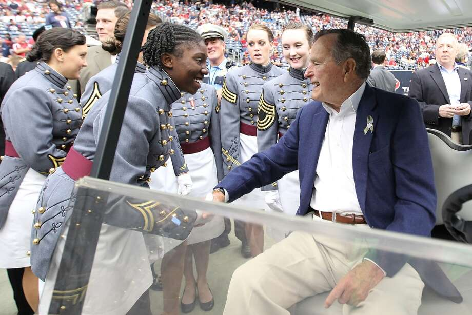 Former President George H.W. Bush has plenty of admirers to greet him on the sideline before the game. (Karen Warren / Houston Chronicle)