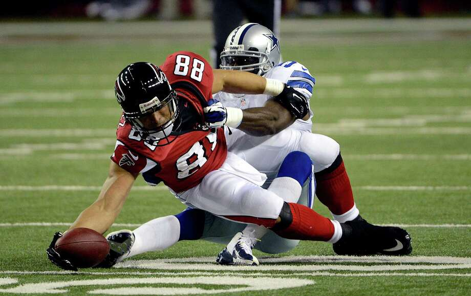 Atlanta Falcons tight end Tony Gonzalez (88) stretches for extra yardage as Dallas Cowboys linebacker Bruce Carter (54) hangs on during the first half of an NFL football game, Sunday, Nov. 4, 2012, in Atlanta. (AP Photo/Rich Addicks) Photo: Rich Addicks, Associated Press / FR170246 AP