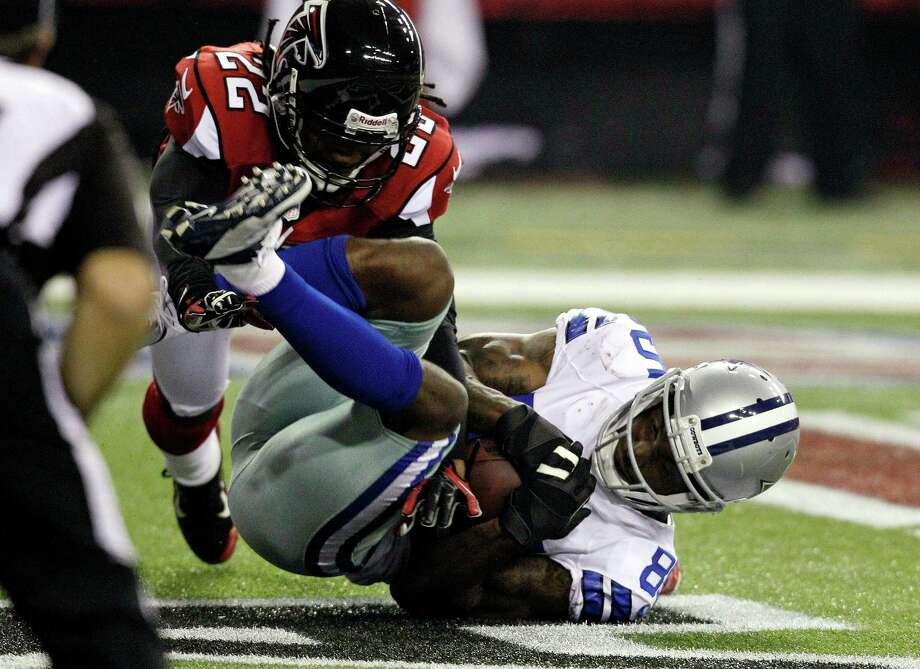 Dallas Cowboys wide receiver Kevin Ogletree (85) makes a catch for a touchdown as Atlanta Falcons cornerback Asante Samuel (22) defends during the second half of an NFL football game, Sunday, Nov. 4, 2012, in Atlanta. (AP Photo/Chuck Burton) Photo: Chuck Burton, Associated Press / AP