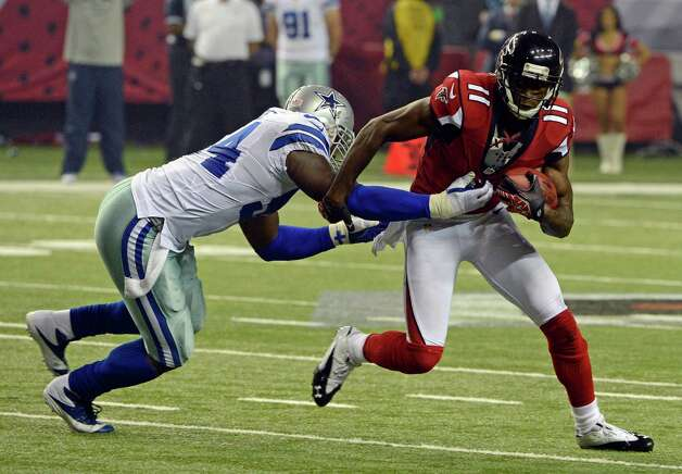 Atlanta Falcons' Julio Jones (11) pulls away from Dallas Cowboys' Bruce Carter during the second half of an NFL football game in Atlanta, Sunday, Nov. 4, 2012. Atlanta won 19-13. (AP Photo/Rich Addicks) Photo: Rich Addicks, Associated Press / FR170246 AP