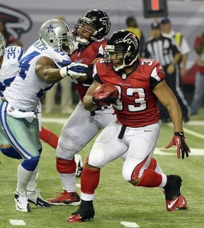 Atlanta Falcons running back Michael Turner (33) runs the ball during the second half of an NFL football game against the Dallas Cowboys Sunday, Nov. 4, 2012, in Atlanta. (AP Photo/Rich Addicks) Photo: Rich Addicks, Associated Press / FR170246 AP