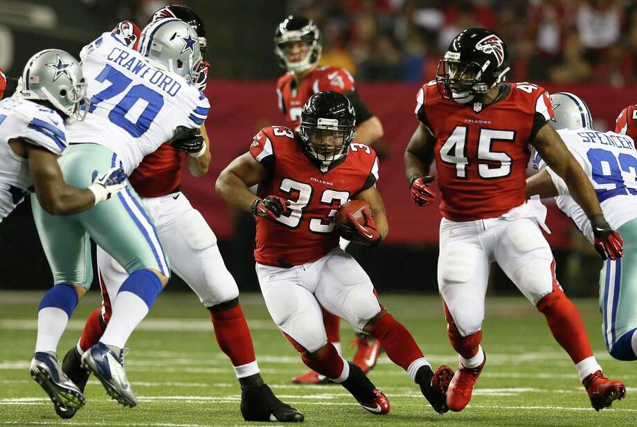 Michael Turner #33 of the Atlanta Falcons rushes against the Dallas Cowboys at Georgia Dome on November 4, 2012 in Atlanta, Georgia. Photo: Kevin C. Cox, Getty Images / 2012 Getty Images