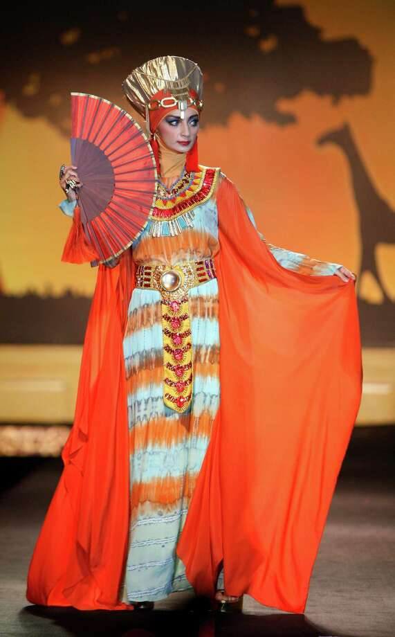 A model presents a creation by designer Dian Pelangi from Indonesia during the Islamic Fashion Festival in Kuala Lumpur, Malaysia, Monday, Nov. 5, 2012. Photo: Lai Seng Sin, AP / AP