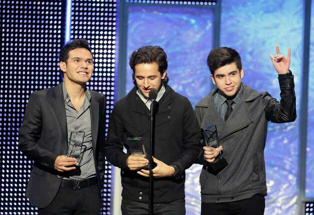 El grupo 3Ball MTY celebra sus premios en la entrega de los Billboard de la Música Mexicana el jueves 18 de octubre de 2012 en Los Angeles. 3BallMTY ganó nueve galardones en la segunda ceremonia anual de esas preseas. (Foto de J. Emilio Flores/Invision/AP) Photo: J. Emilio Flores, Associated Press / Invision