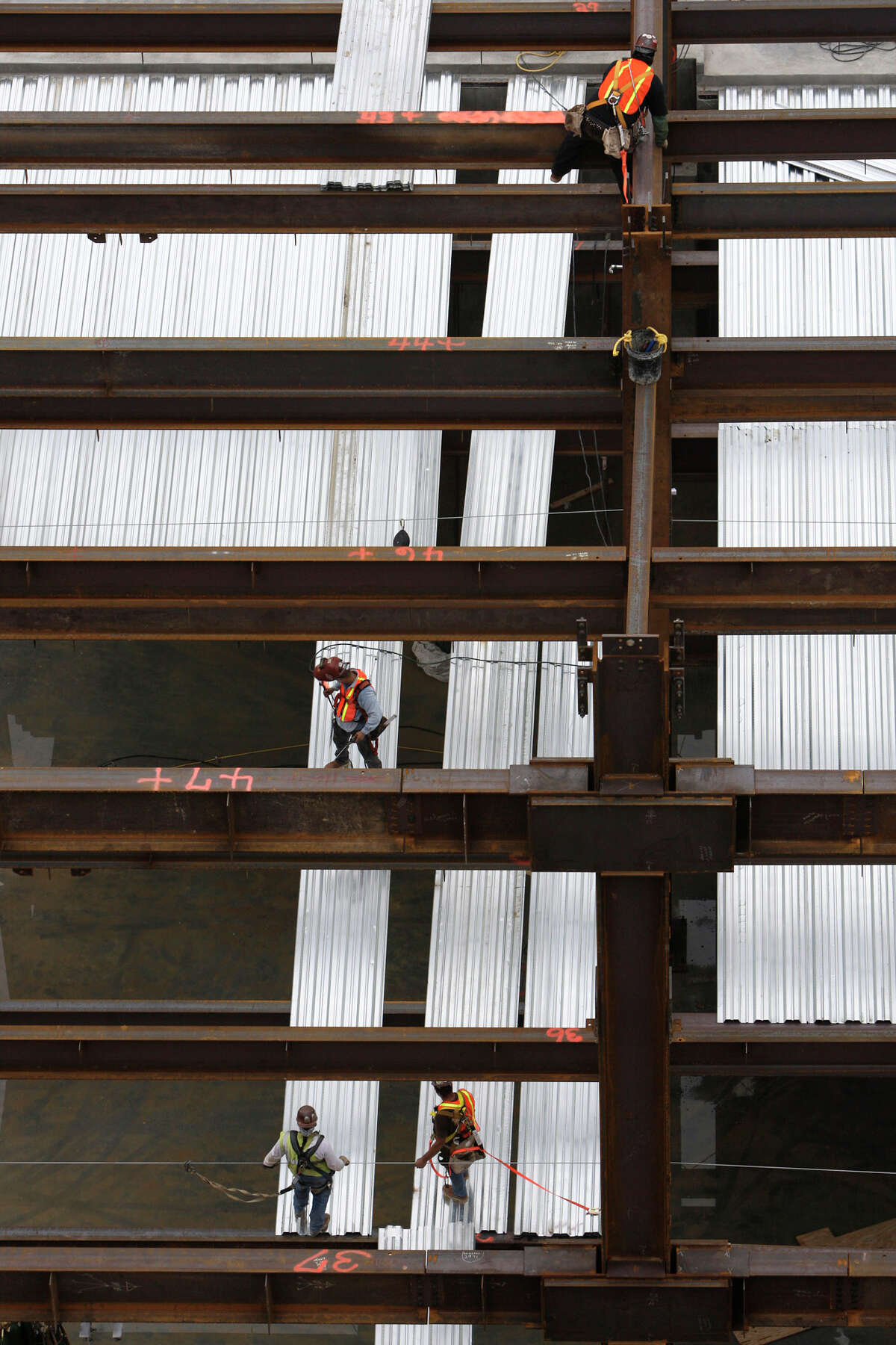 Workers tackle part of the BRAC construction at Brooke Army Medical Center on Tuesday, Oct. 6, 2009. The construction site employs over 2,000 workers on a daily basis. JERRY LARA\glara@express-news.net