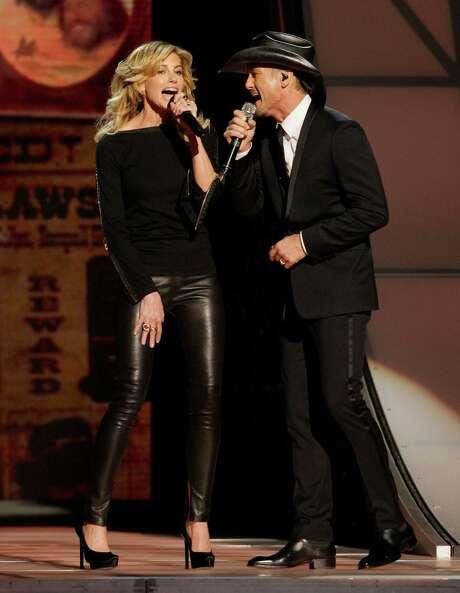 Faith Hill, izquierda, y Tim McGraw cantan durante un homenaje a Willie Nelson en la 46ma entrega anual de los premios de música country en la Bridgestone Arena, el jueves 1 de noviembre de 2012, en Nashville, Tenesí. (Foto de Wade Payne/Invision/AP) Photo: Wade Payne, INVL -end- / Invision