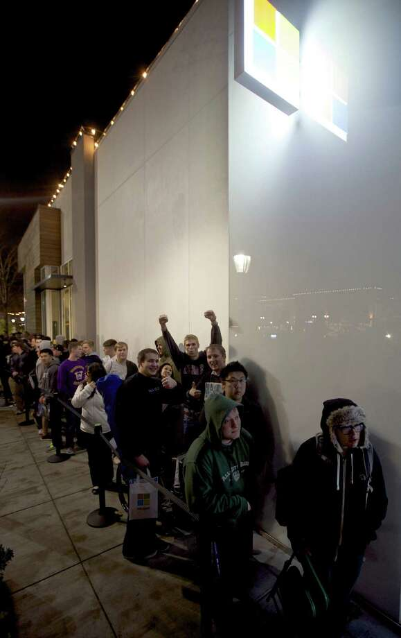 Fans wait in line to buy Halo 4 during the game's launch, on Tuesday, Nov. 6, 2012 in Seattle. Photo: Invision For Xbox