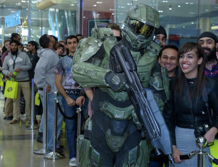 Master Chief poses with fans in line awaiting the launch of Halo 4 on Xbox 360 at Westfield Stratford shopping center on November 06, 2012 in London. Photo: Getty Images, Halo By Xbox 360 Via Getty Image / 2012 Halo by Xbox 360