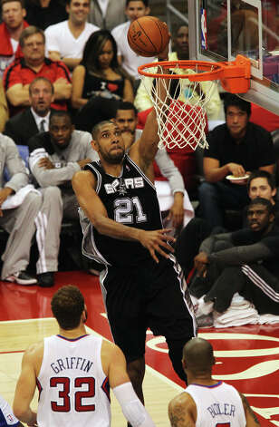 Spurs' Tim Duncan (21) goes in for a dunk against the Los Angeles Clippers' Blake Griffin (32) and Caron Butler (05) in the first half of game four of the Western Conference semifinals at the Staples Center in Los Angeles on Sunday, May 20, 2012. Kin Man Hui/Express-News Photo: Kin Man Hui, SAN ANTONIO EXPRESS-NEWS / San Antonio Express-News