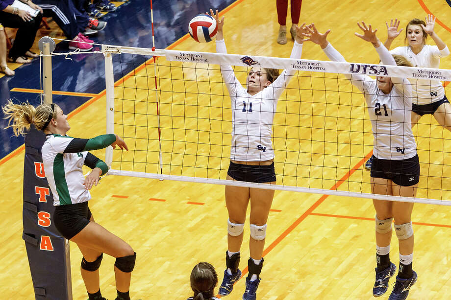 Smithson Valley's Elily Medlin (center) rises with McKinlee Boss to try to block a shot by Reagan's Brooke Sassin (left) during their Class 5A third round volleyball match at the UTSA Convocation Center on Nov. 6, 2012.  Smithson Valley won the match in three straight sets: 25-23, 25-21 and 25-19.  MARVIN PFEIFFER/ mpfeiffer@express-news.net Photo: MARVIN PFEIFFER, Express-News / Express-News 2012