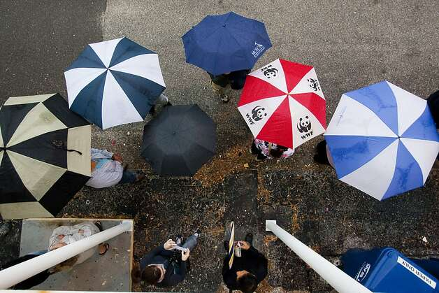 ST. PETERSBURG, FL -  NOVEMBER 6:  Lines of voters wait in the rain to cast their vote on November 6, 2012 in St. Petersburg, Florida. The swing state of Florida is recognised to be a hotly contested battleground that offers 29 electoral votes, as recent polls predict that the race between U.S. President Barack Obama and Republican presidential candidate Mitt Romney remains tight.  (Photo by Edward Linsmier/Getty Images) Photo: Edward Linsmier, Getty Images