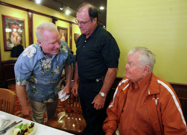 Former University of Texas Longhorn quarterbacks Donnie Wigginton (left) and Marty Akins (center) meet with former Longhorn football coach Darrell Royal (right) during a meeting of the San Antonio Quarterback Club at Earl Abel's restaurant on Monday June 15, 2009. JOHN DAVENPORT/jdavenport@express-news.net Photo: JOHN DAVENPORT, SAN ANTONIO EXPRESS-NEWS / jdavenport@express-news.net