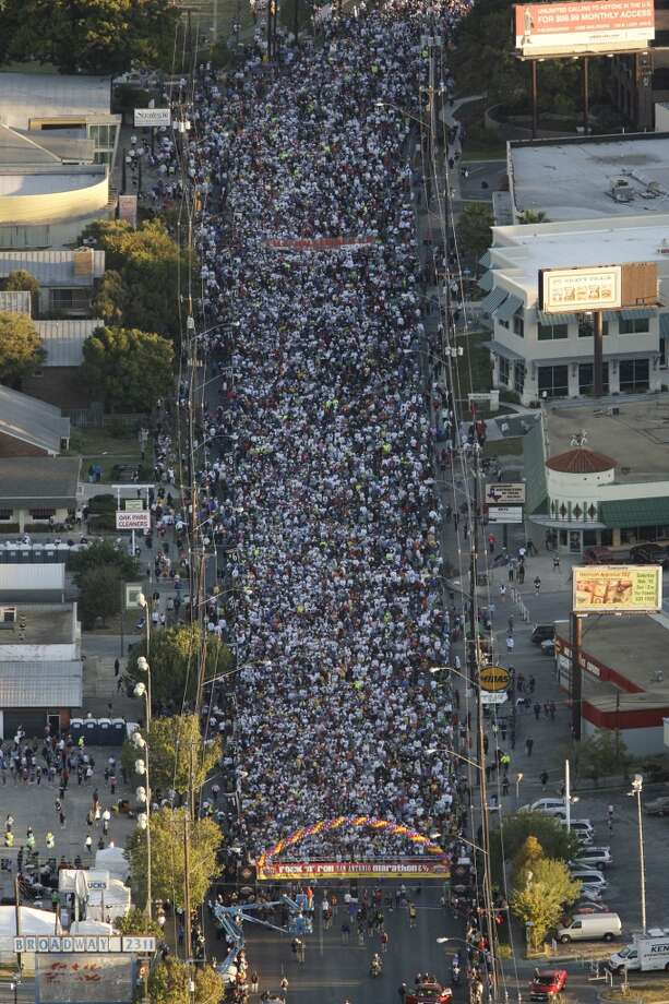 Participants in the inaugural Rock 'n' Roll San Antonio Marathon line up at the start on Broadway Avenue by Lion's Field on Sunday, Nov. 16, 2008. (San Antonio Express-News)