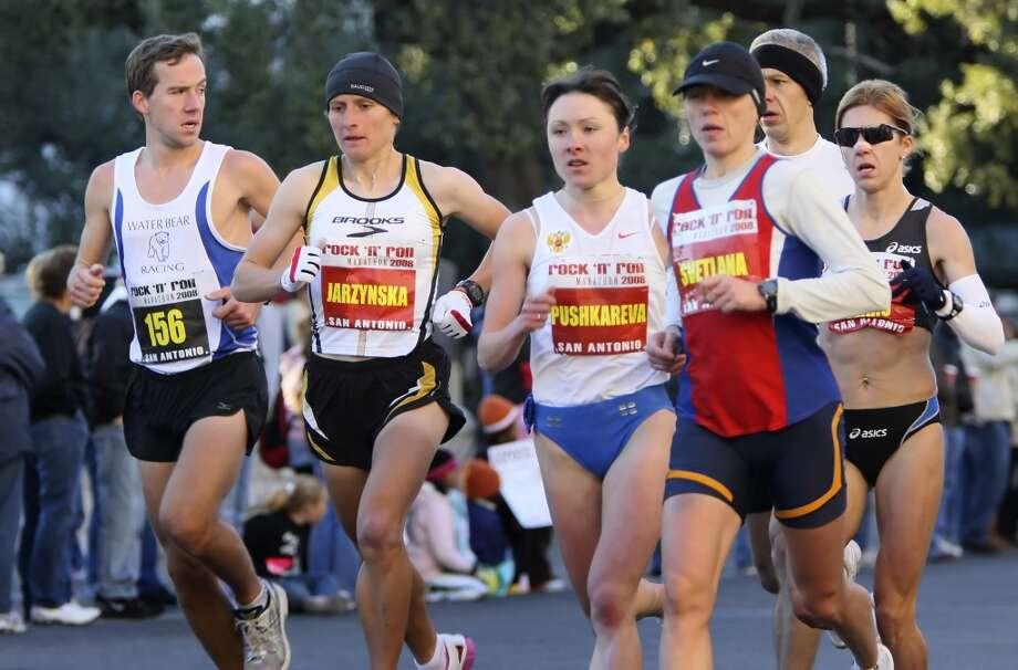 The female elite runners approach the Alamo Sunday, Nov. 16, 2008, during the Rock 'n' Roll San Antonio Marathon and 1/2 Marathon. (SAN ANTONIO EXPRESS-NEWS)
