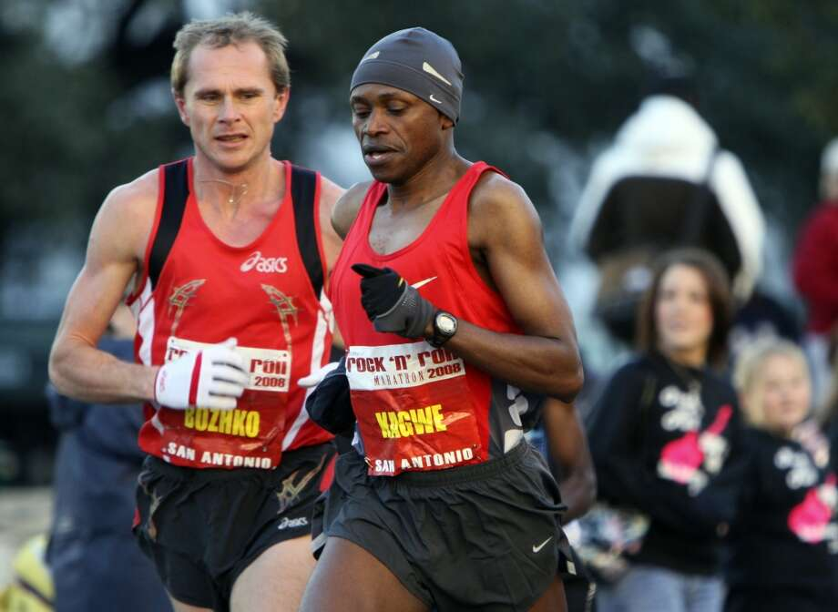 Kagwe makes a move on Bozhko near the Alamo early in the race Sunday, Nov. 16, 2008, during the Rock 'n' Roll San Antonio Marathon and 1/2 Marathon. (SAN ANTONIO EXPRESS-NEWS)