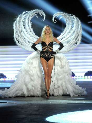 Victoria's Secret Angel Lindsay Ellingson walks the runway. Photo: Jamie McCarthy, Getty Images / 2012 Getty Images