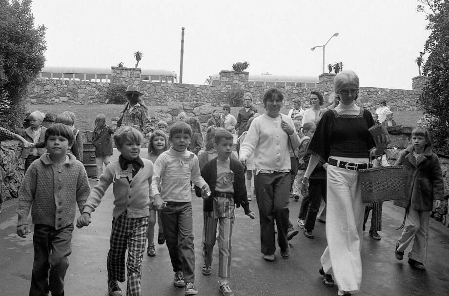 A group of students at the Sloat entrance to the San Francisco Zoo. May 22, 1972. Photo: Joseph J. Rosenthal, The Chronicle / ONLINE_YES