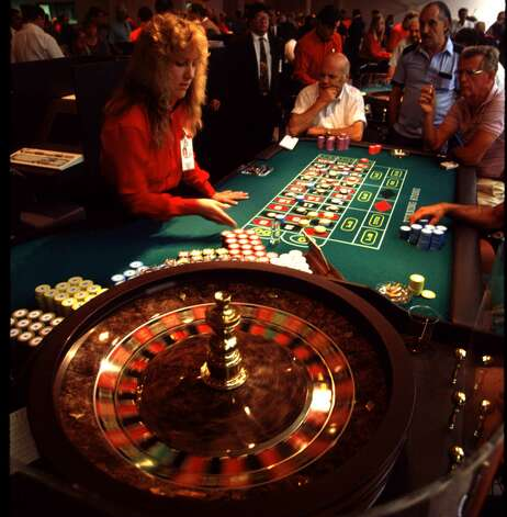 Gamblers take in the roulette table at the Oneida Nation of New York's Turning Stone Casino in this undated file photograph. (Times Union Archive) Photo: MICHAEL OKONIEWSKI / MICHAEL OKONIEWSKI