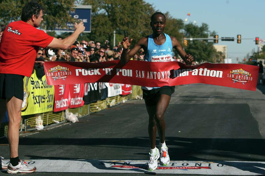 Marathon (Men) 11/16/08 - Meschack Kirwa: 2:14:36 Photo: JOHN DAVENPORT, Express-News / jdavenport@express-news.net