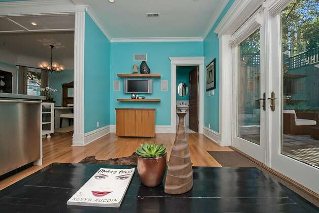 From this sitting area, wide doors lead to the yard. Photo: Devin MacDonald, Tppsf.com