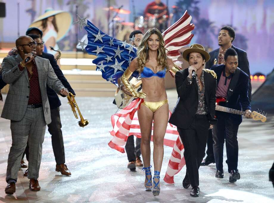 Bruno Mars performs in the 2012 Victoria's Secret fashion show November 7, 2012 in New York. AFP Photo: TIMOTHY A. CLARY, AFP/Getty Images / AFP