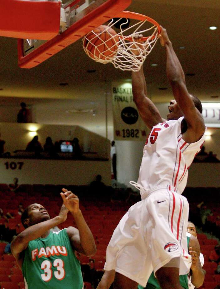 11/9/12: Houston Cougars forward Leon Gibson (15) dunks over Florida A&M Rattlers guard Walter Davis (33) at the Hofheinz Pavilion on November 9, 2012 at the University of Houston in Houston, Texas. At halftime Florida was winning 35 to 34. Photo: Thomas B. Shea, For The Chronicle / © 2012 Thomas B. Shea
